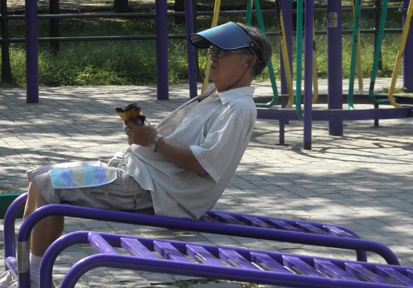 Китаец сосредоточенно думает и тренируется