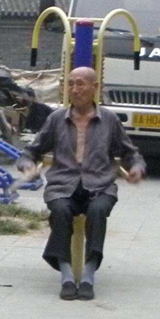 Китайский пенсионер занимается на массажере