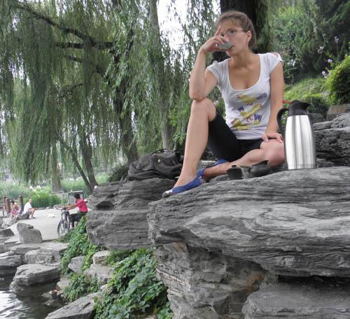 Дейнега Татьяна проводит чайную церемонию на природе