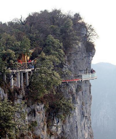 Стеклянный мост на горе Тяньмэнь в парке Чжанцзяцзе