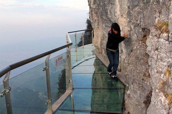 Кому-то стеклянный мост кажется очень опасным