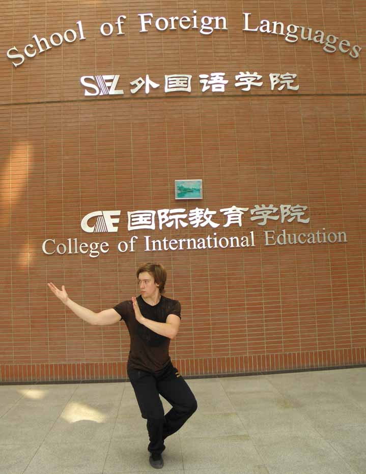 У входа в школу в Тянзине